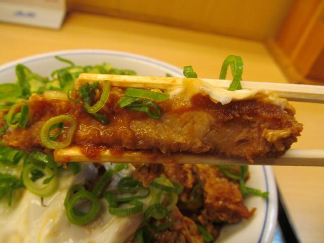 かつやねぎ味噌カツ丼大盛の味噌カツの断面