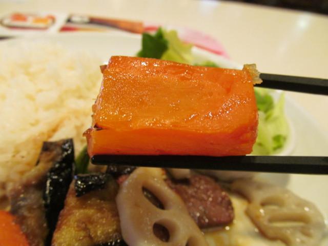 ガストビーフと焼き野菜のライスプレートのにんじん持ち上げ