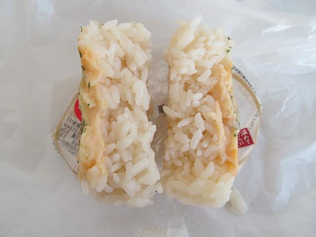 セブンイレブン海老ドリアおむすびを2分割