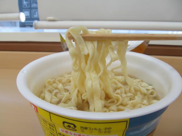 第3回沖縄そば王そば処根夢の麺を持ち上げ