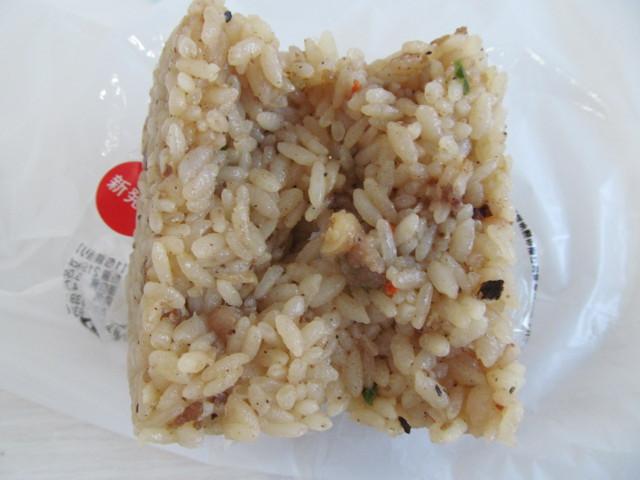 セブンイレブン牛焼飯おむすびを2分割