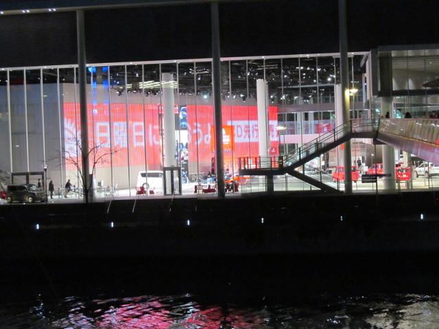 日産グローバル本社ギャラリーを夜の対岸から眺める寄り2