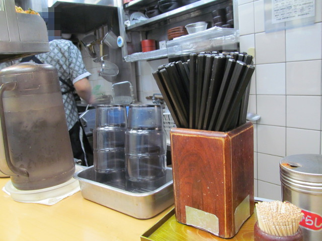 富士そば渋谷店店内の箸とは水とか
