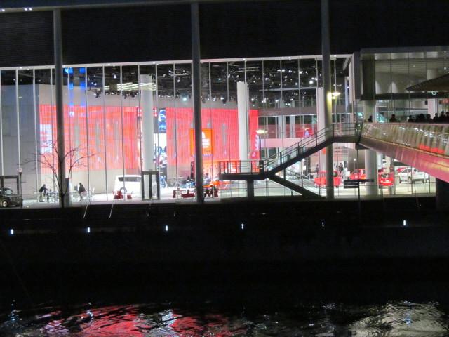 日産グローバル本社ギャラリーを夜の対岸から眺める寄り1