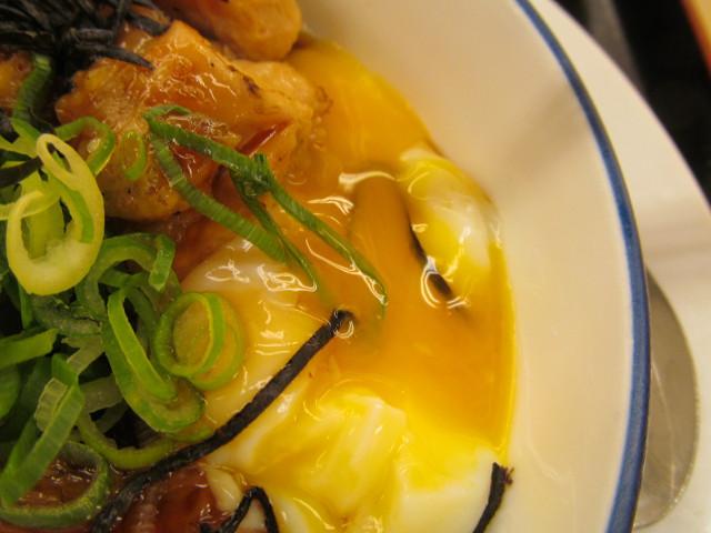 松屋てりたまチキン定食の半熟玉子から流れ出る黄身