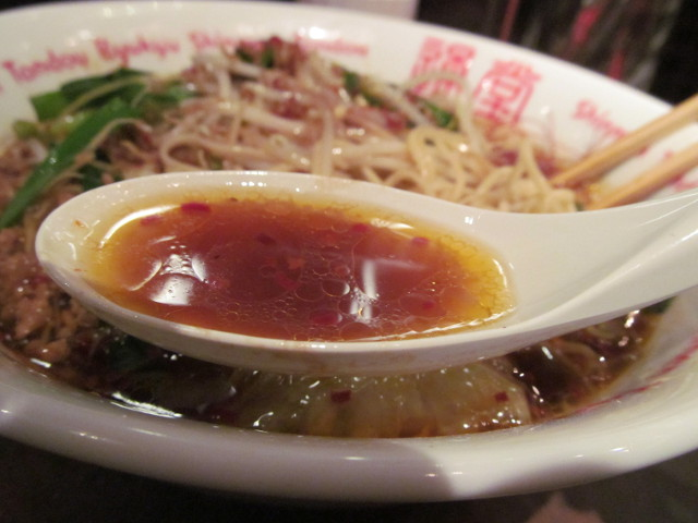 琉球新麺久野菜たっぷりうま辛ラーメンのスープ持ち上げ