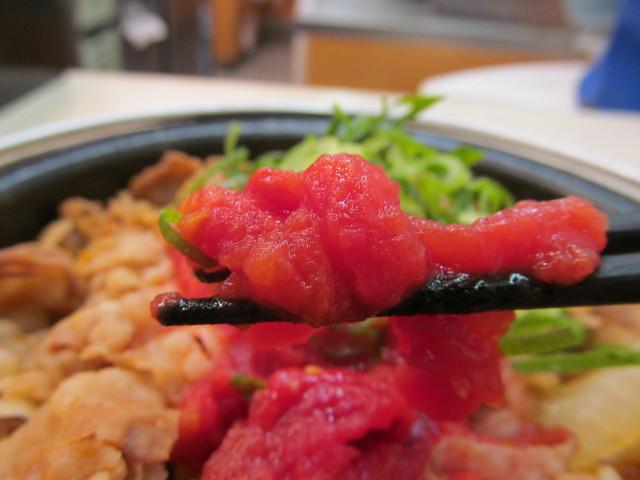 吉野家トマト牛鍋膳のトマトピューレ持ち上げ