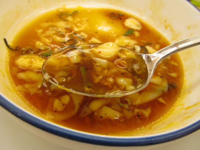 松屋てりたまチキン定食の残ったソースをスプーンですくう