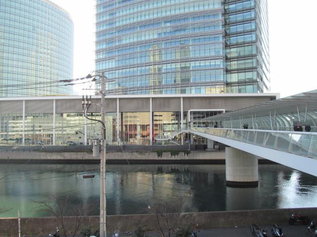 日産グローバル本社ギャラリーを川の対岸から見る20160110