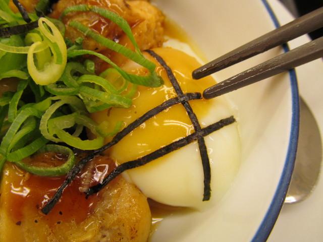 松屋てりたまチキン定食の半熟玉子に箸をつける