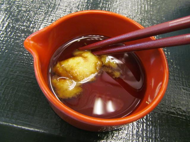 なか卯サーモン丼の特製醤油とわさびをまぜまぜする直前