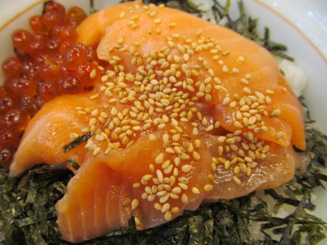 なか卯サーモン丼のサーモン