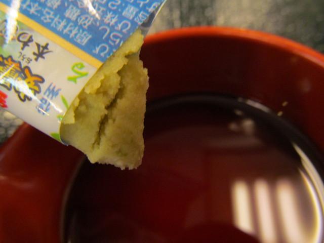 なか卯サーモン丼の特製醤油にわさびを投入直前
