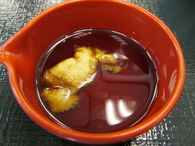 なか卯サーモン丼の特製醤油にわさびを投入