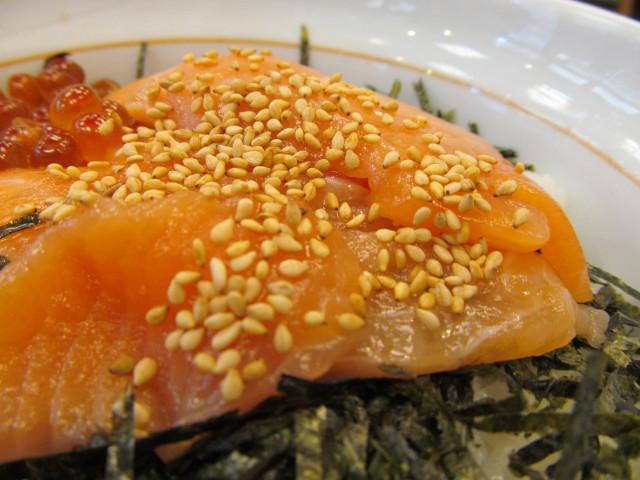 なか卯サーモン丼の白ごま