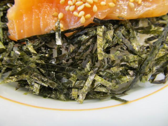 なか卯サーモン丼の刻み海苔