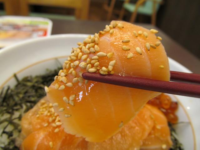 なか卯サーモン丼のサーモン持ち上げ