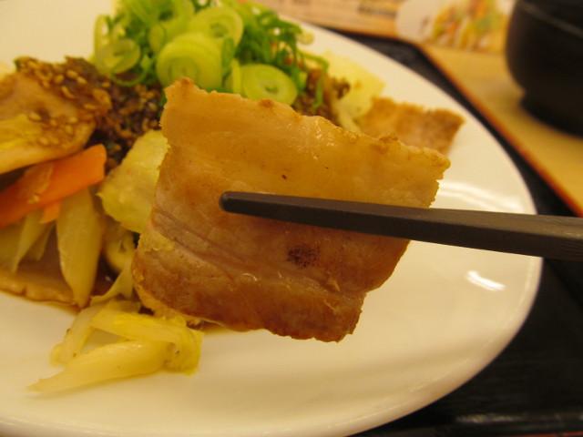 松屋豚肉とたっぷり冬野菜炒めの豚肉を持ち上げ