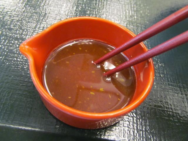 なか卯サーモン丼の特製醤油とわさびをまぜまぜ