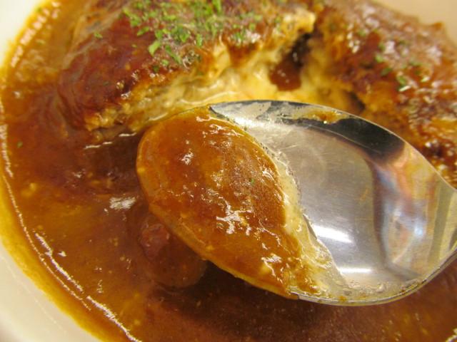 松屋とろーりチーズが入ったデミたまハンバーグ定食のデミソースをすくう