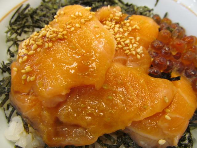 わさび醤油のかかったなか卯サーモン丼のサーモン