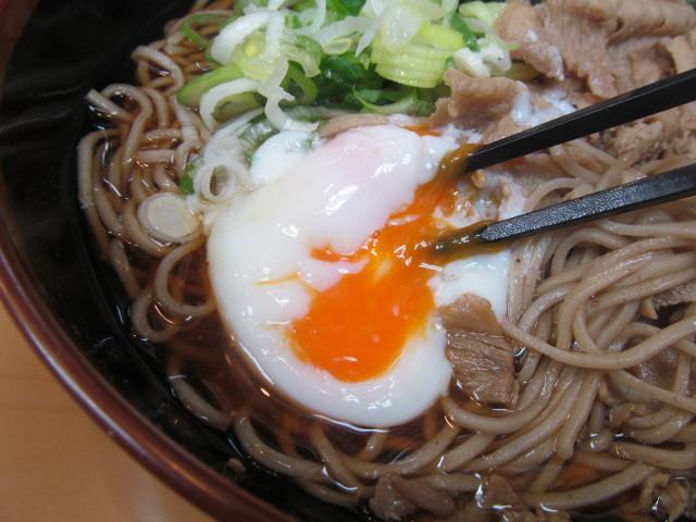 富士そば渋谷店の肉富士そば大盛の温玉を割る