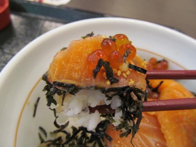なか卯サーモン丼のごはんサーモンいくらを持ち上げ