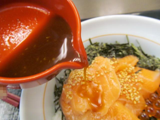 なか卯サーモン丼へわさび醤油を投入