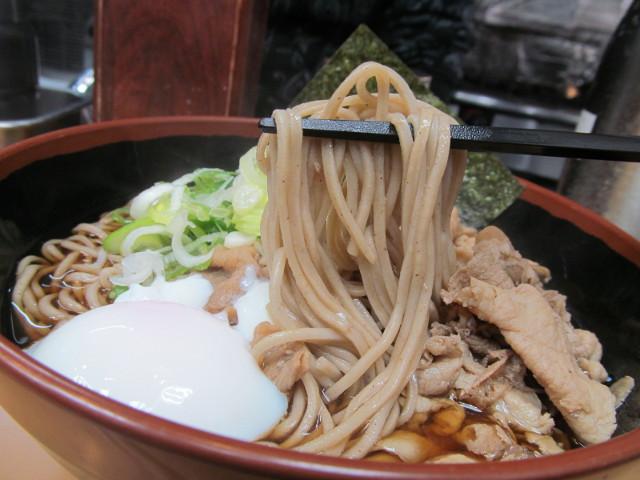 富士そば渋谷店の肉富士そば大盛のそば持ち上げ