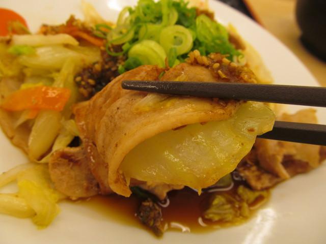 松屋豚肉とたっぷり冬野菜炒めの肉と白菜を持ち上げ