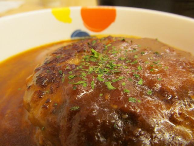 松屋とろーりチーズが入ったデミたまハンバーグ定食の粉パセリ