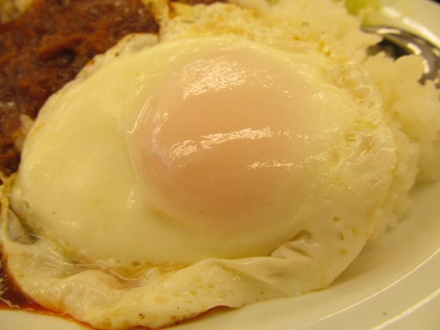 松屋担々エッグプレートの目玉焼き