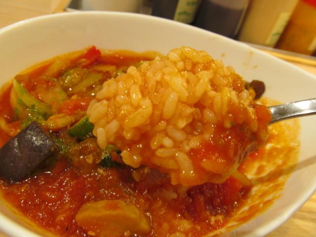 松屋きのこと彩り野菜のトマトスープごはんをおもいっきり取る