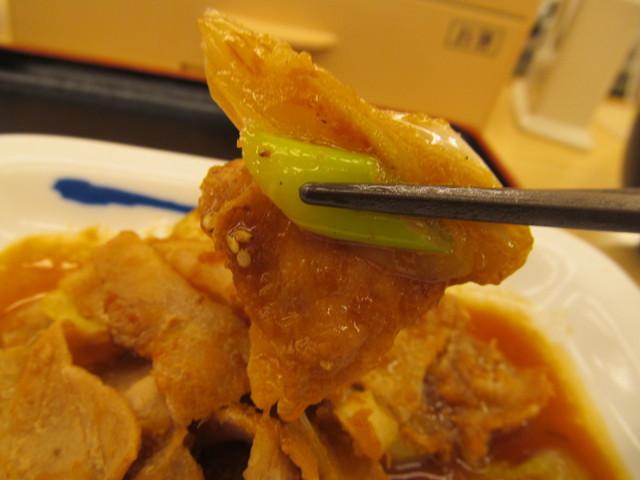 松屋豚バラ肉と長ネギの生姜焼定食の豚バラ肉と長ネギを持ち上げ