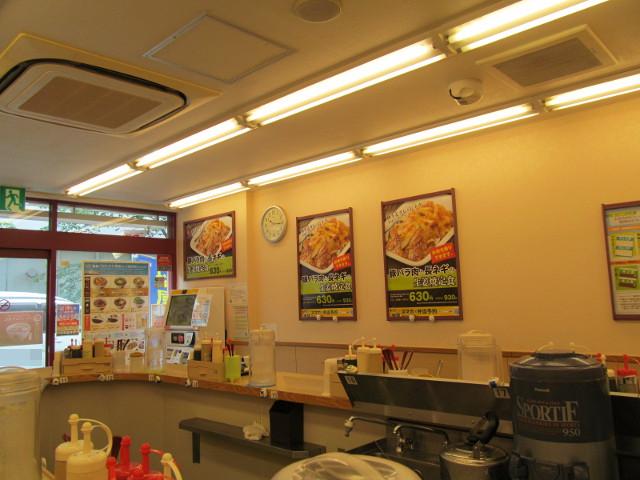 松屋店内の豚バラ肉と長ネギの生姜焼定食ポスター