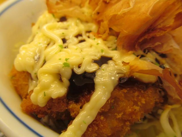 かつやキャベ玉チキンカツ丼のマヨネーズとソース
