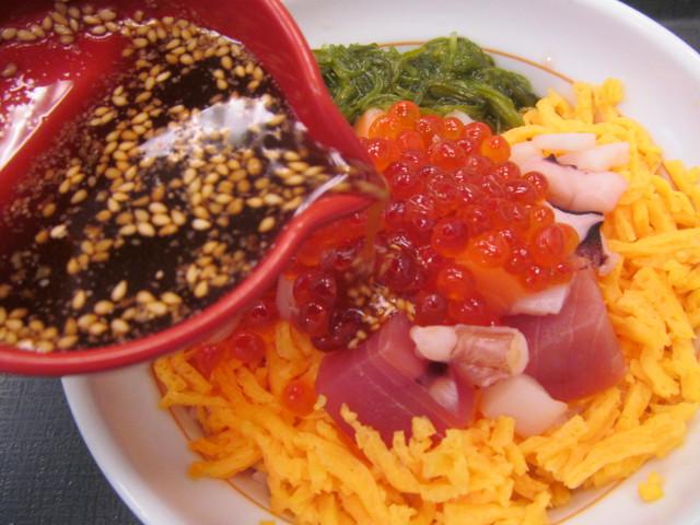 なか卯海鮮バラちらしに特製ダレを投入開始