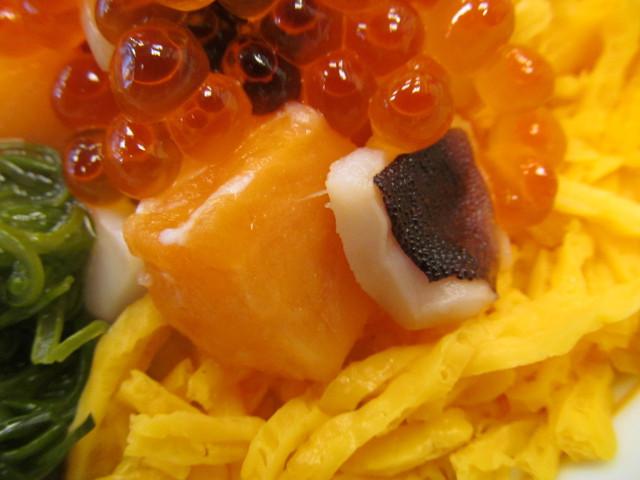 なか卯海鮮バラちらしのサーモンとタコ