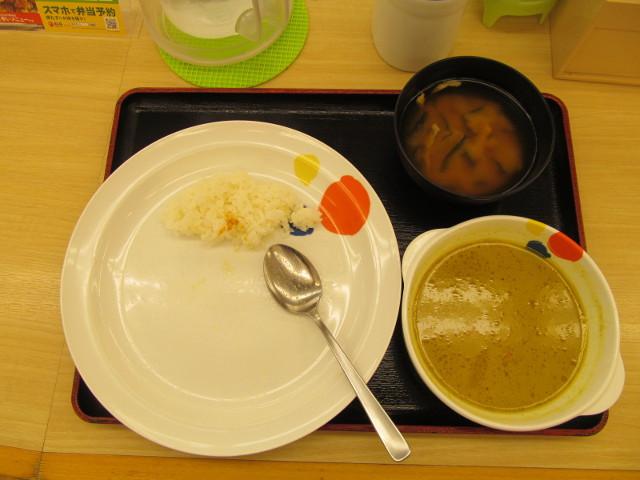 松屋チキンと茄子のグリーンカレーのチキンと野菜を完食