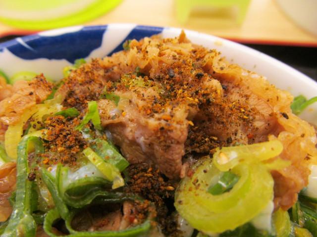 松屋ネギたっぷり旨辛ネギたま牛めしに黒胡椒焙煎七味投入