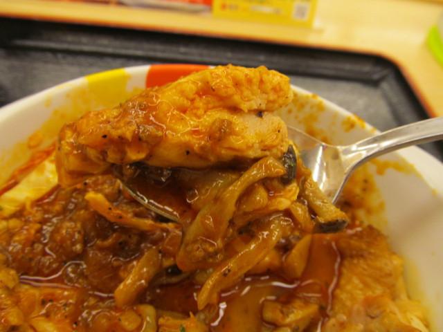 松屋ケイジャンチキン定食のチキンとケイジャンソースをスプーンで持ち上げ
