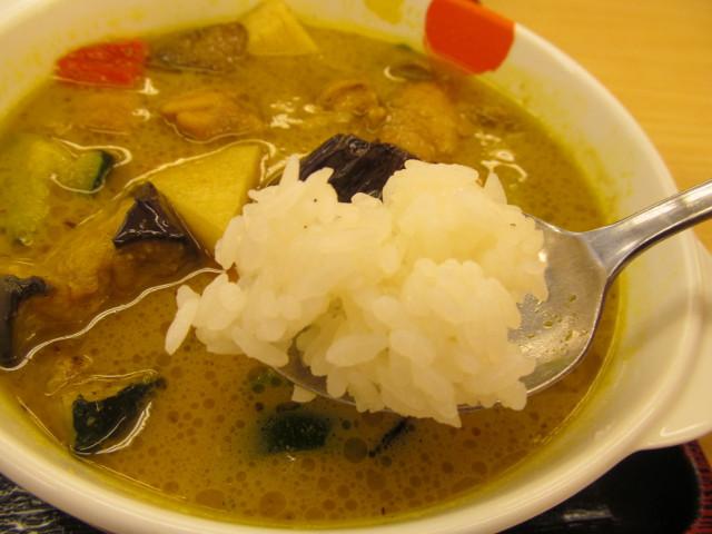 松屋チキンと茄子のグリーンカレーのライスをスープにつける寸前