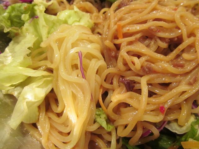 ガスト冷やしサラダタンタン麺の麺の色を比較