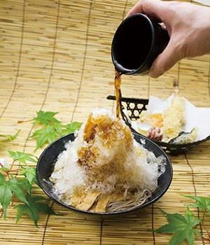 阪急そば若菜かき氷そばにそばつゆをかける