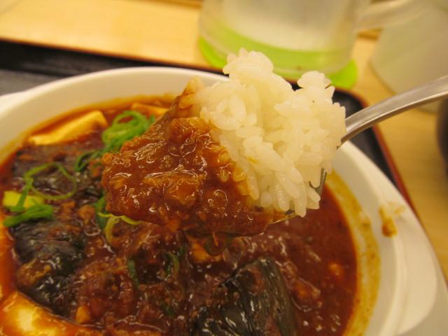 松屋茄子と豆腐と粗挽き肉の四川風麻婆定食の麻婆豆腐からライスを引き揚げ