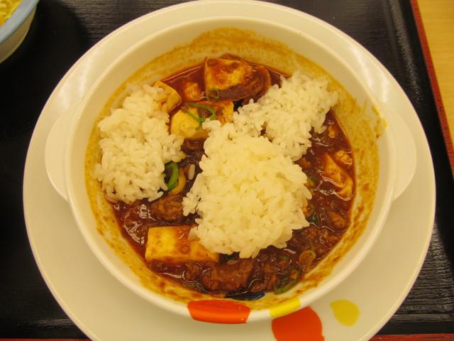 松屋茄子と豆腐と粗挽き肉の四川風麻婆定食の麻婆豆腐へライス全量を投入