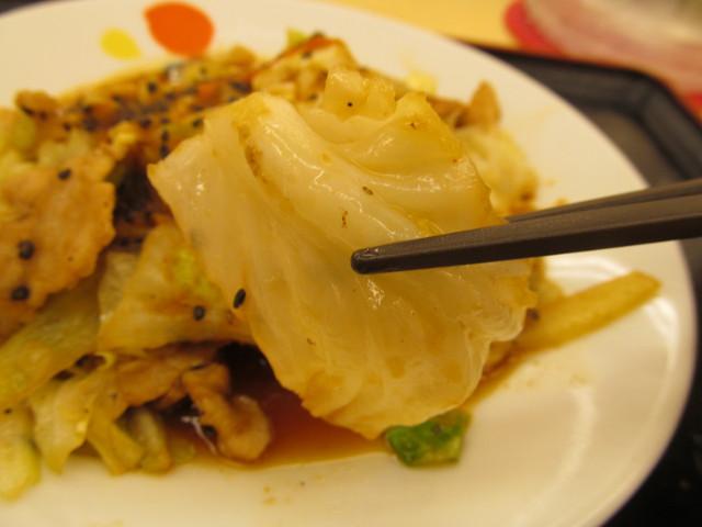 松屋スタミナ肉野菜炒めのキャベツ持ち上げ