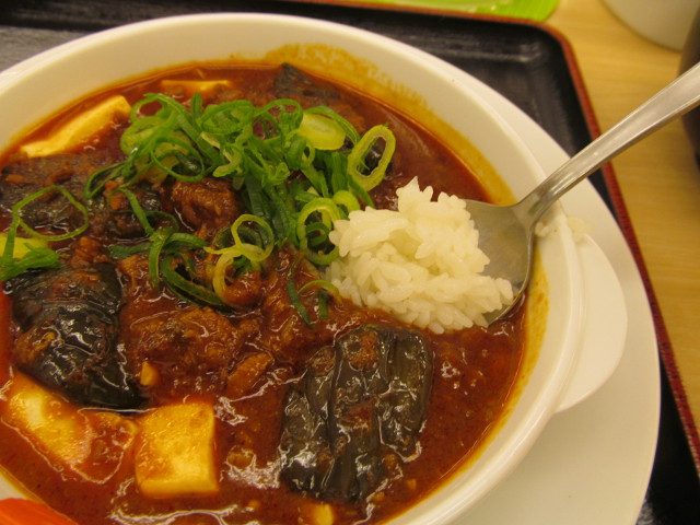 松屋茄子と豆腐と粗挽き肉の四川風麻婆定食のライスを麻婆豆腐につっこむ