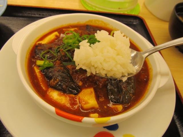 松屋茄子と豆腐と粗挽き肉の四川風麻婆定食のライスをすくう