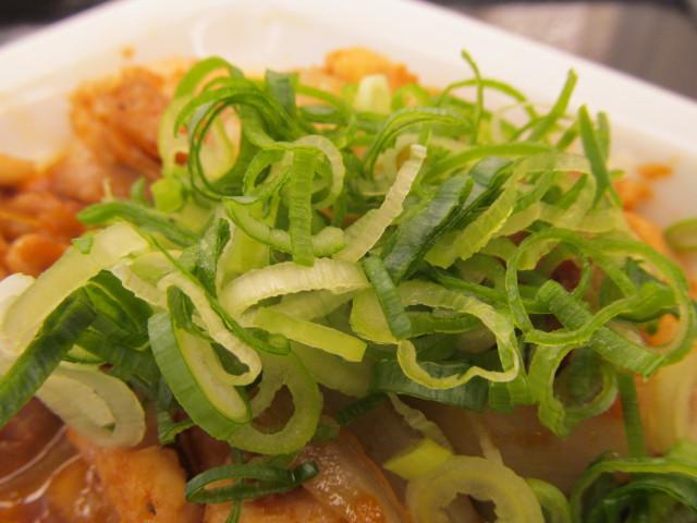 松屋鶏のバター醤油炒め定食の青ネギ